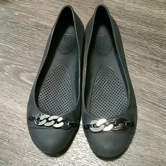 838ef142946817 Dressed up black crocs with chain detail
